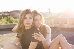 Portrait de deux amies sur le toit Photographie stock libre de droits