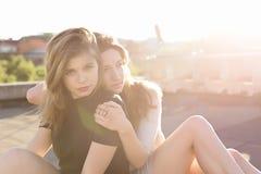 Portrait de deux amies sur le toit Photographie stock