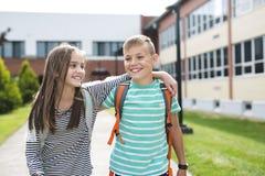 Portrait de deux amis d'école avec des sacs à dos Photo stock