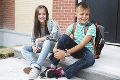Portrait de deux amis d'école avec des sacs à dos Photographie stock libre de droits