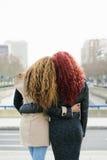 Portrait de deux amis dans la rue Image libre de droits