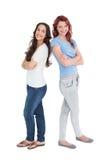 Portrait de deux amis féminins avec des bras croisés Image stock