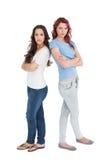 Portrait de deux amis féminins avec des bras croisés Photos libres de droits