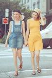 Portrait de deux amis unformal caucasiens blancs d'adolescents d'étudiants de hippie de jeunes filles Images stock
