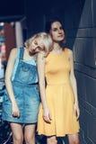 Portrait de deux amis unformal caucasiens blancs d'adolescents d'étudiants de hippie de jeunes filles Photographie stock libre de droits