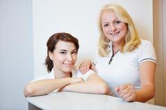 Portrait de deux assistants de médecins images libres de droits