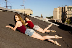 Portrait de deux ballerines sur le toit Images stock