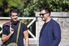 Portrait de deux beaux jeunes hommes souriant sur la rue Photos stock
