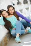 Portrait de deux belles amies en ville Photo libre de droits