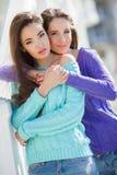 Portrait de deux belles amies en ville Photos stock
