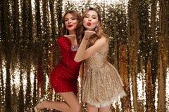 Portrait de deux belles femmes espiègles Photo stock