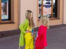 Portrait de deux belles filles blondes Images stock