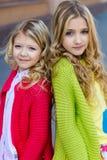 Portrait de deux belles filles blondes Photographie stock libre de droits