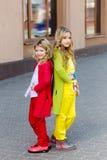 Portrait de deux belles filles blondes Photo stock