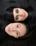 Portrait de deux belles filles de brune avec de longs cheveux sains Photos stock