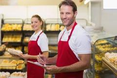 Portrait de deux boulangers de sourire regardant l'appareil-photo image libre de droits