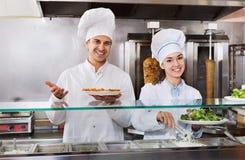 Portrait de deux chefs hospitaliers avec le chiche-kebab à l'endroit de prêt-à-manger images libres de droits