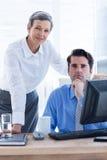 Portrait de deux collègues travaillant ensemble sur l'ordinateur Image libre de droits