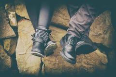 Portrait de deux couples des jambes avec des chaussures dans l'amour Images libres de droits