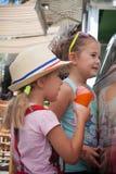 Portrait de deux enfants adorables mangeant la crème glacée colorée dehors Photographie stock