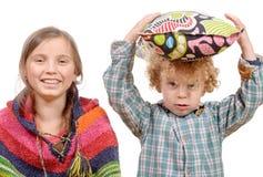 Portrait de deux enfants mignons, de grande soeur et de son peu de brothe Photo libre de droits