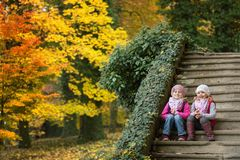 Portrait de deux enfants s'asseyant sur les escaliers photographie stock libre de droits