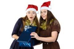 Portrait de deux femmes avec le cadeau Photographie stock