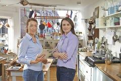 Portrait de deux femmes courant le cuisinier Shop Together Images stock
