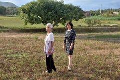 Portrait de deux femmes dehors Images stock