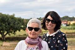 Portrait de deux femmes dehors Image libre de droits