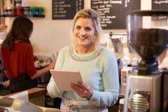 Portrait de deux femmes dirigeant le café ensemble Photo stock