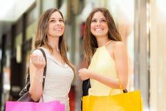 Portrait de deux femmes faisant des emplettes ensemble Photos stock