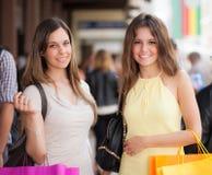 Portrait de deux femmes faisant des emplettes ensemble Photographie stock libre de droits