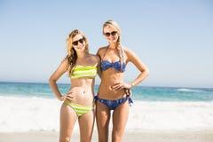 Portrait de deux femmes heureuses se tenant sur la plage Image stock