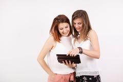 Portrait de deux femmes magnifiques tenant une tablette Images libres de droits