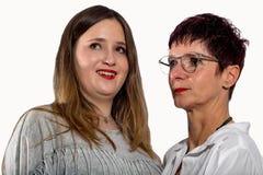 Portrait de deux femmes se tenant côte à côte Photos stock