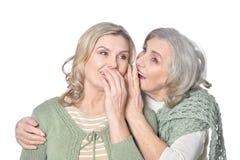 Portrait de deux femmes de sourire sur le fond blanc photo stock
