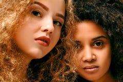 Portrait de deux filles bouclées Afro et blond photographie stock