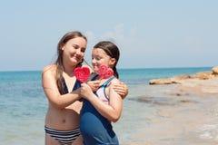 Portrait de deux filles d'enfant sur le bord de la mer Photo libre de droits