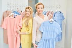 Portrait de deux filles dans un magasin d'habillement photographie stock