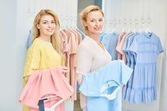 Portrait de deux filles dans un magasin d'habillement photos stock