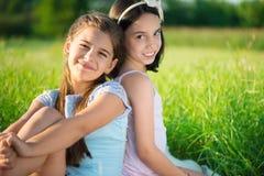 Portrait de deux filles de l'adolescence hispaniques Image libre de droits