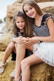 Portrait de deux filles de petite soeur s'asseyant sur Images stock
