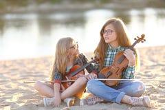 Portrait de deux filles des amies Photos libres de droits
