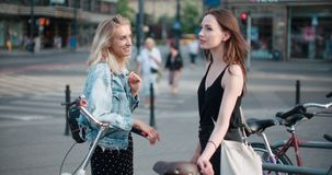 Portrait de deux filles heureuses discutant les dernières actualités de bavardage Images stock