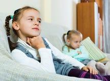 Portrait de deux filles malheureuses de petit renversement ayant le conflit Image stock