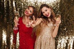 Portrait de deux gais heureux dans des robes brillantes Photo stock