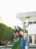 Portrait de deux garçons dans des chapeaux de partie sur la pelouse Photos libres de droits