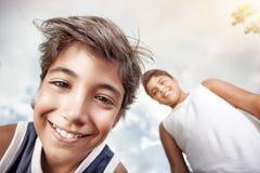 Portrait de deux garçons heureux Photos stock