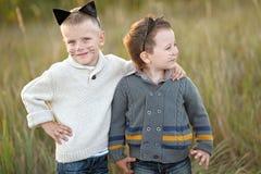 Portrait de deux garçons pendant l'été Image stock